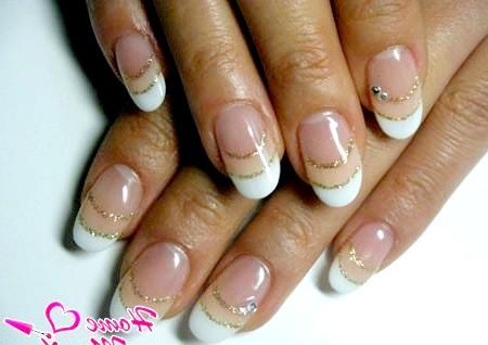 Фото - красиві овальні нігті з золотими блискітками