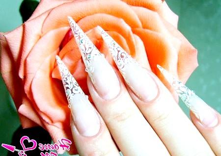 Фото - красивий малюнок на нігтях у формі піки
