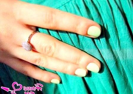 Фото - однотонний манікюр на коротких круглих нігтях