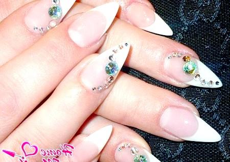 Фото - французький манікюр на нігтях стилет