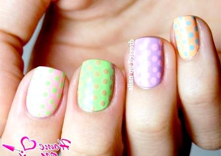 Фото - різнокольоровий горох на коротких нігтях