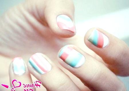 Фото - абстракція на нігтях в пастельних тонах