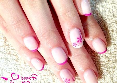 Фото - квітковий френч на невеликих нігтях