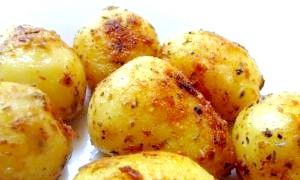 Картопля, запечена в духовці: секрети чудовою хрусткої скоринки