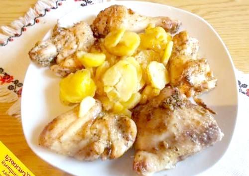 Фото - Курочка з картоплею в духовці