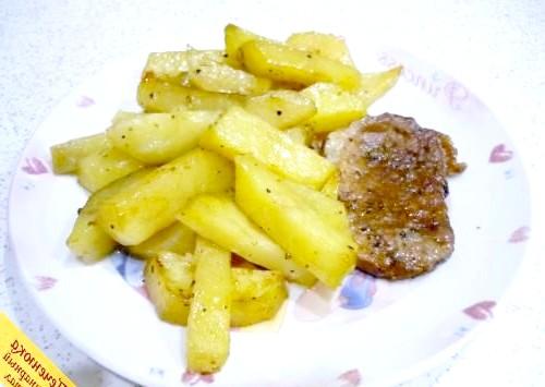 Фото - Свинина з картоплею в духовці