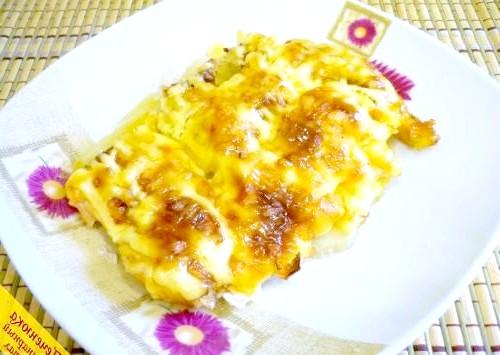 Фото - М'ясо на картоплі під сиром в духовці