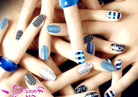 Фото - різноманітні стікери на нігтях