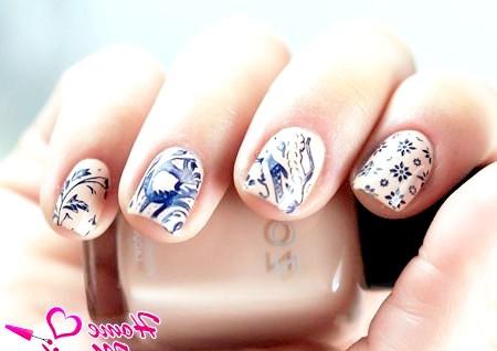 Фото - дизайн нігтів зі стемпинг на бежевому лаку