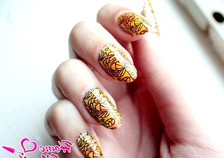 Фото - малюнок на нігтях стемпинг MoYou London