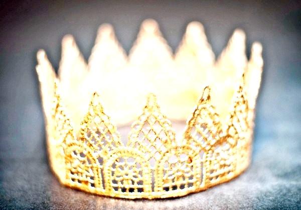 Фото - Накрохмалена і покрита золотою фарбою пов'язана гачком корона
