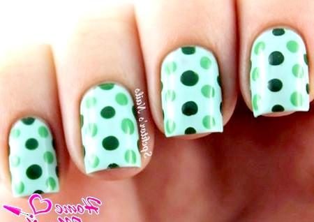 Фото - зелені точки на нігтях за допомогою Дотса