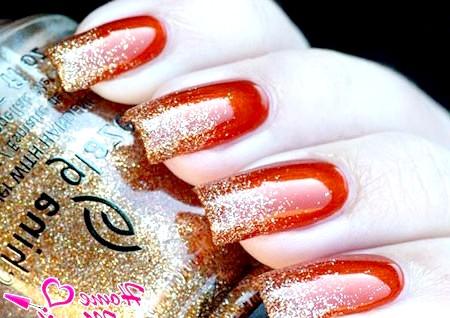 Фото - золотий гліттер на червоних нігтях