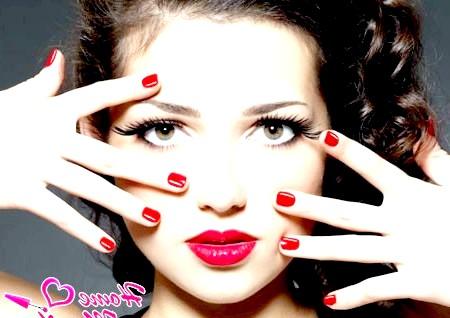 Фото - червоний дизайн на коротких нігтях