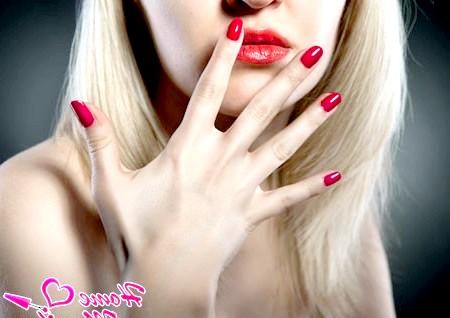 Фото - насичений червоний колір нігтів