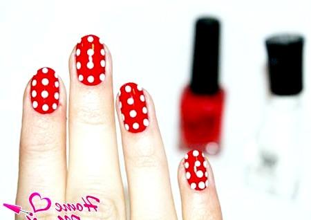 Фото - білий горох на червоних нігтях
