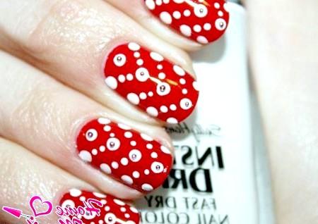 Фото - червоний манікюр з білими крапками