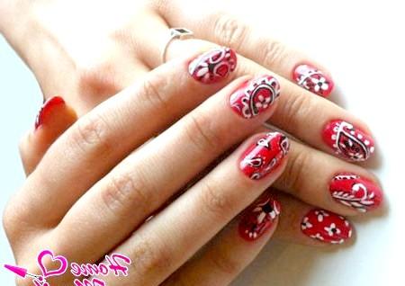Фото - чорно-білий малюнок на червоних нігтях