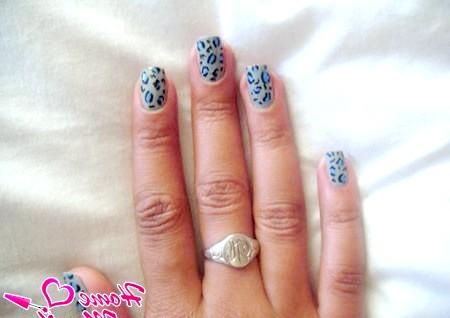 Фото - леопардовий принт на сірих нігтях