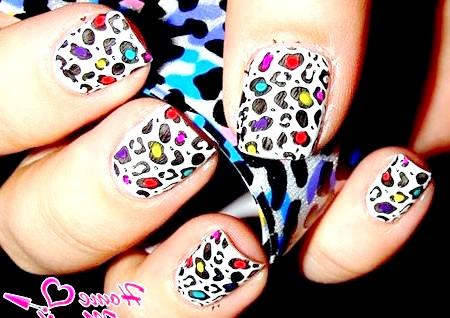 Фото - яскраві леопардові плями на білому лаку