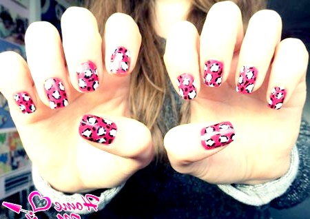 Фото - дівчина з красивими леопардовими нігтями