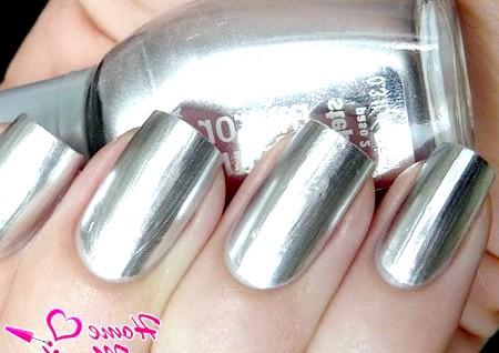 Фото - сріблясті нігті з дзеркальним ефектом