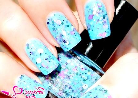 Фото - блакитний лак на нігтях з великим глітером