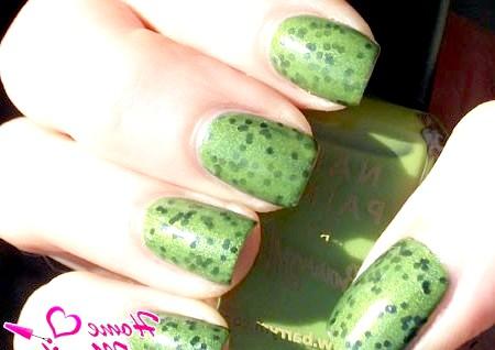 Фото - зелений дизайн нігтів з дрібним глітером