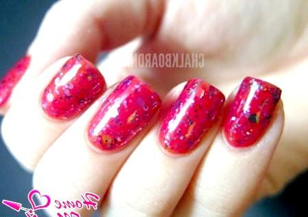 Фото - нігті червоного відтінку з глітером