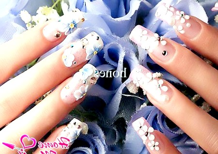 Фото - стильна квіткова ліплення на довгих нігтях