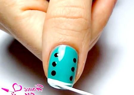 Фото - фарбування кінчика нігтя в білий колір