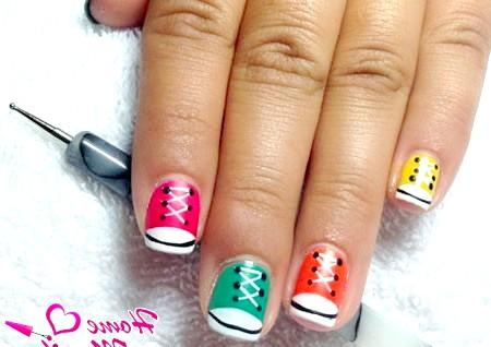 Фото - дизайн з кедами і ДОТС для нігтів