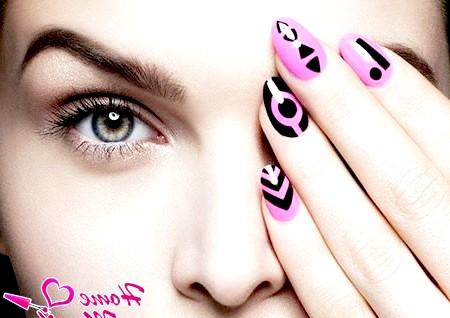 Манікюр з красивими візерунками на нігтях