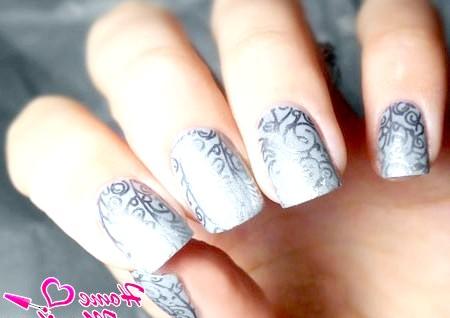 Фото - чудові срібні візерунки на нігтях