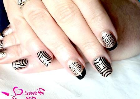 Фото - чорно-золотий дизайн нігтів стемпинг konad