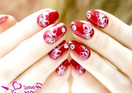 Фото - прості білі візерунки на червоних нігтях