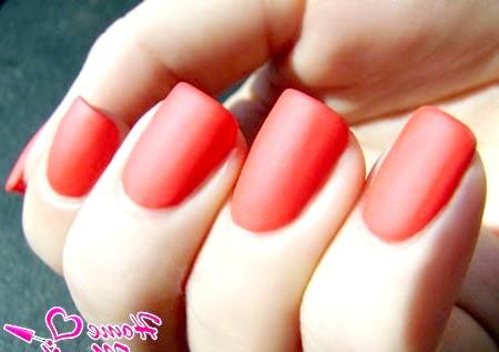 Фото - яскравий кораловий відтінок нігтів