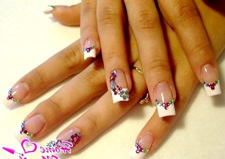 Мерехтливий дизайн нігтів зі стразами