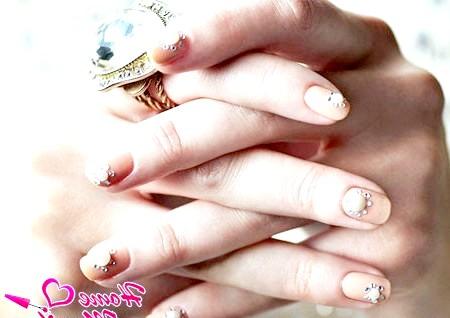 Фото - ніжний дизайн нігтів зі стразами і перлами