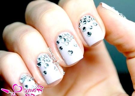 Фото - пастельний дизайн нігтів зі стразами