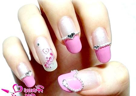 Фото - романтичний дизайн нігтів зі стразами