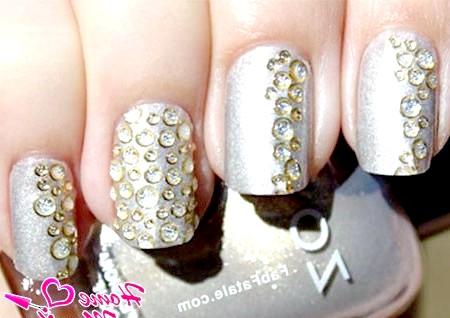 Фото - прозорі стрази на сріблястих нігтях