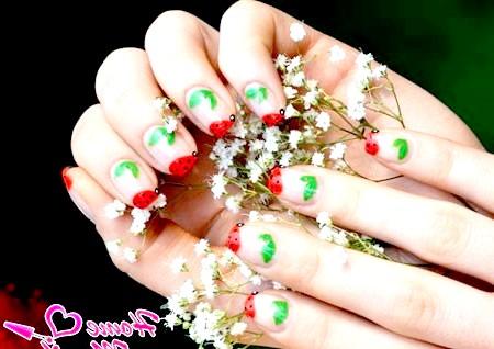 Фото - акуратні сонечка і листочки на нігтях