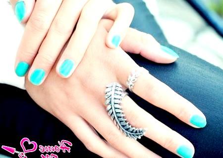 Фото - елегантний бірюзовий манікюр на нігтях