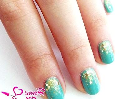Фото - бірюзовий дизайн нігтів з глітером