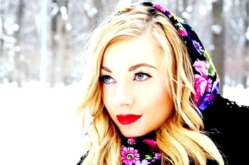 Фото - Стильний образ створює хустку на голові. Фото з сайту nokkidrop.ru