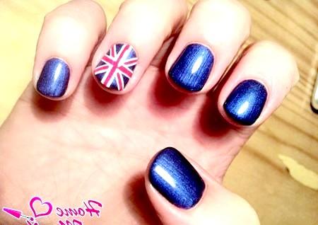 Фото - прапор Великобританії на безіменному пальці