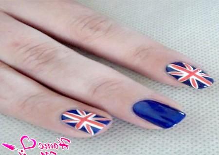 Фото - два шари темно-синього лаку на нігті