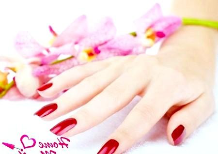 Фото - гель лак на нігтях насиченого червоного кольору