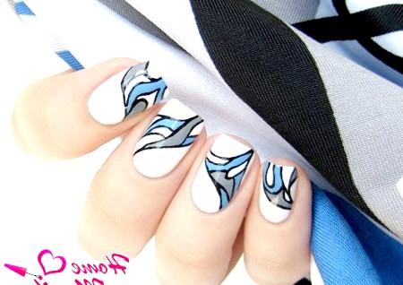 Фото - модні білі нігті зі стильною абстракцією
